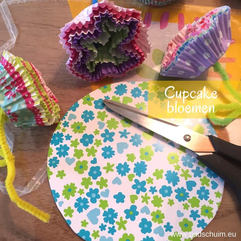 Geef eens een cupcake bloemen boeketje kado! Leuk om samen met je kids te maken en heel gemakkelijk met dit foto stappenplan. Daar fleur je meteen van op :)!