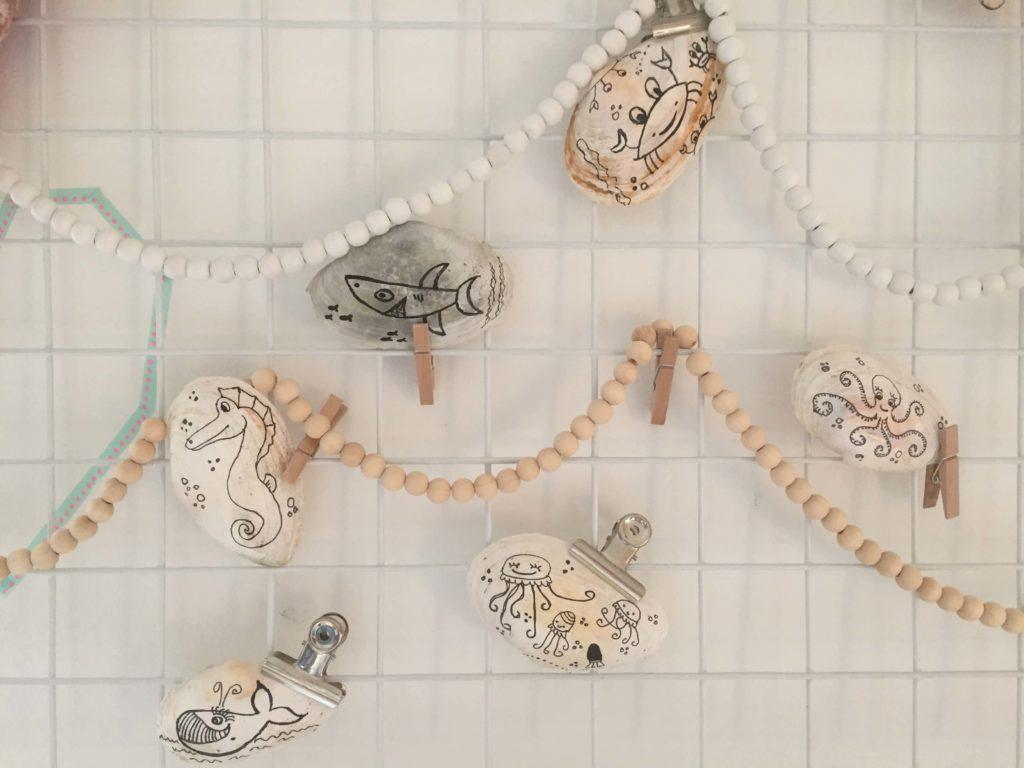 Hou je ook van schelpen en mooie tekeningen?! Versier dan eens een schelp met doodles of leuke patronen. Gezellig om thuis op te hangen, neer te leggen of kado te doen.