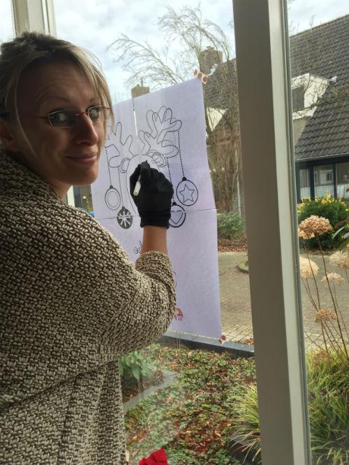 Raamtekening voor de feestdagen - kerstkaart op het raam_00