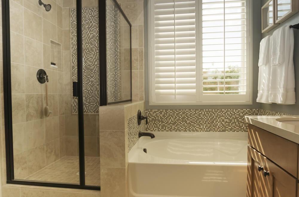 Je badkamer stijlvol decoreren met pvc shutters • Badschuim