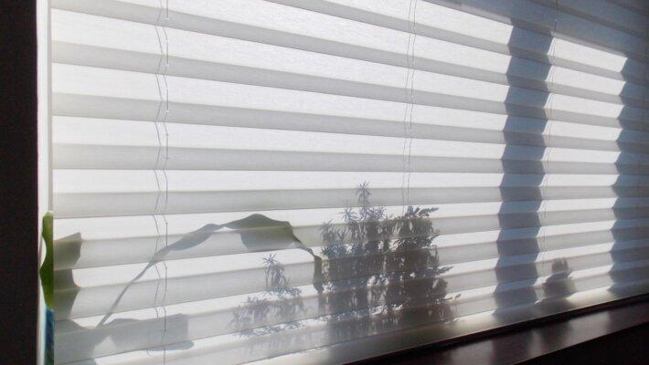 Creëer variatie in je raamdecoratie met plissé gordijnen
